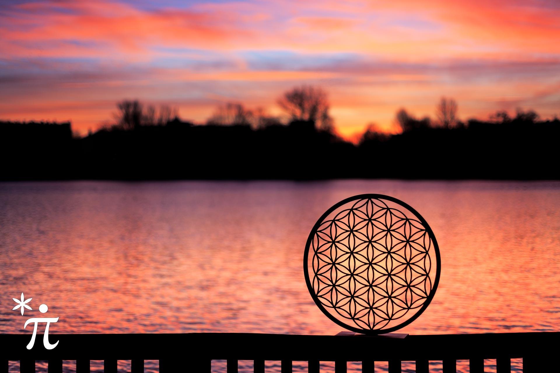 Blume des Lebens aus Holz bei Sonnenaufgang